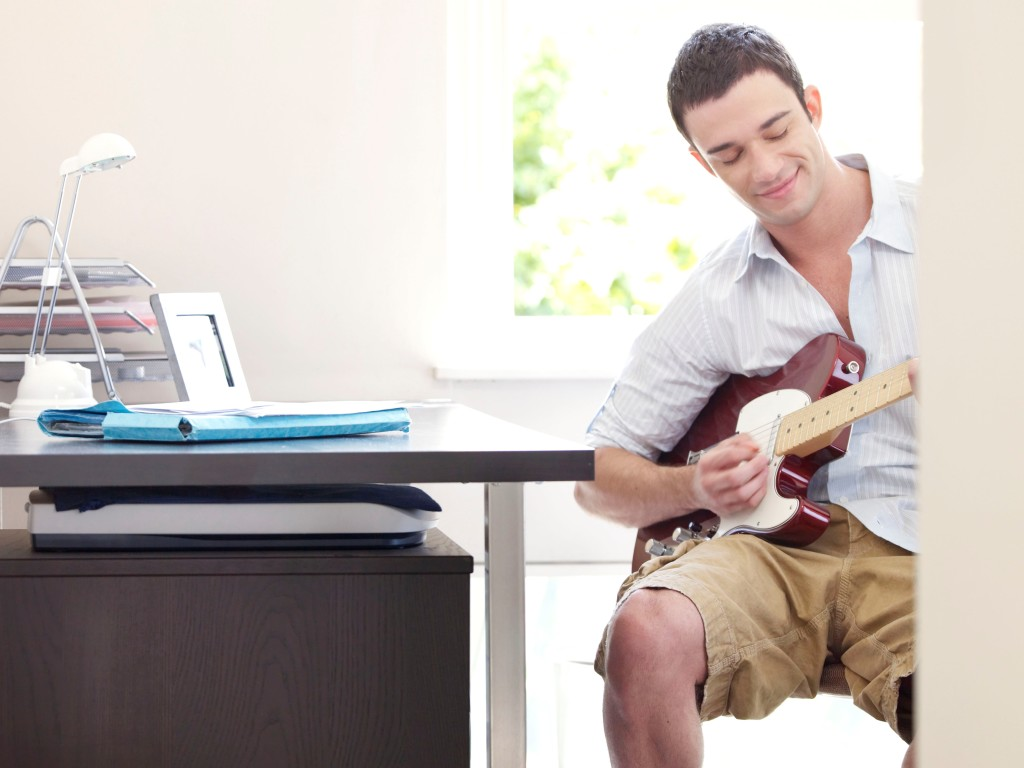Learn to play guitar with guitar lessons from Gigajam Online Music School.